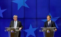Presidente da Comissão Europeia, Jean-Claude Juncker, e presidente do Conselho Europeu, Donald Tusk (à dir.), participam de uma entrevista coletiva no segundo dia de uma reunião de cúpula de líderes da UE em Bruxelas Foto: FRANCOIS LENOIR / REUTERS