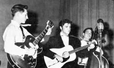 Scotty Moore, à esquerda, tocando com Elvis Presley, em 1957 Foto: AP
