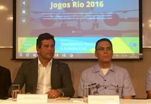 O ministro dos Transportes, Portos e Aviação Civil, Maurício Quintella (à esquerda) e o tenente-brigadeiro Carlos Vuyk de Aquino, diretor-geral do Departamento de Controle do Espaço Aéreo (DECEA) Foto: Guilherme Ramalho