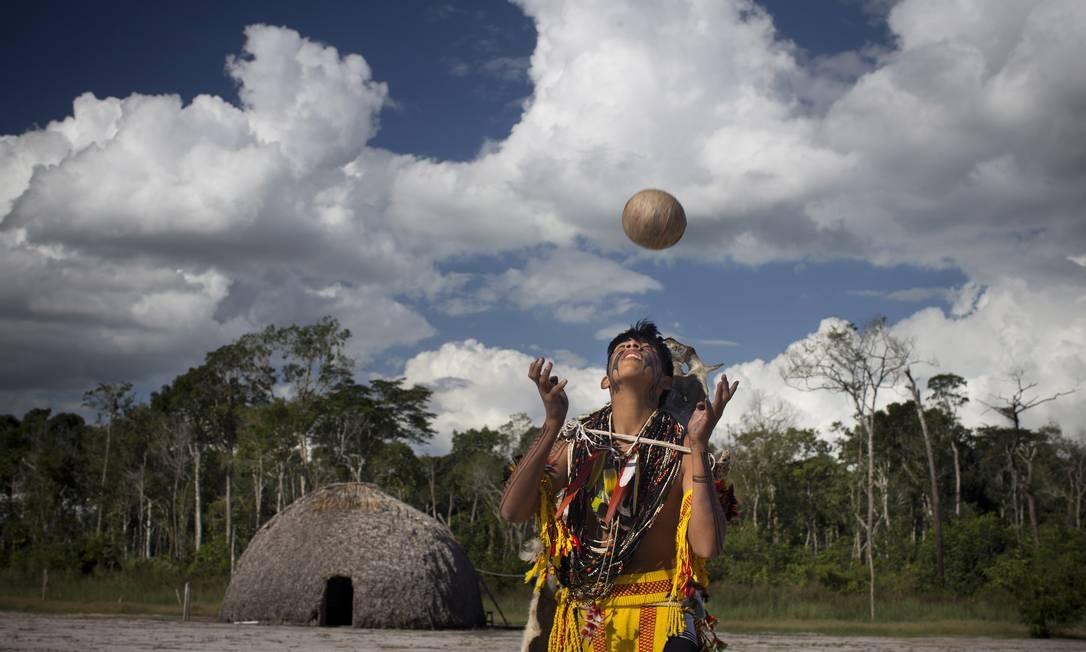 O jikunahati, o cabeça bol, futebol jogado só com a cabeça Foto: Márcia Foletto / Agência O Globo