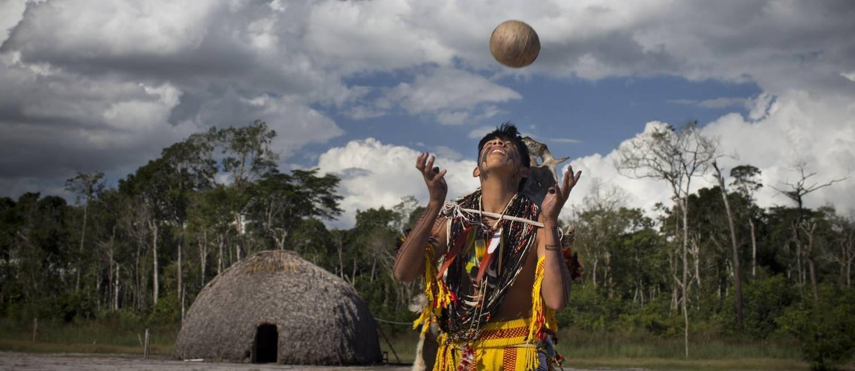 Na foto, o jikunahati, o cabeça bol, futebol jogado só com a cabeça Foto: Márcia Foletto / Agência O Globo