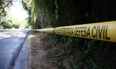 Deslizamento interditou os dois sentidos da Estrada do Joá Foto: Pablo Jacob / Agência O Globo