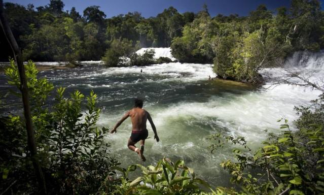 Índios da aldeia Quatro Cachoeiras tomam banho no Rio Sacre, em Campo Novo do Parecis