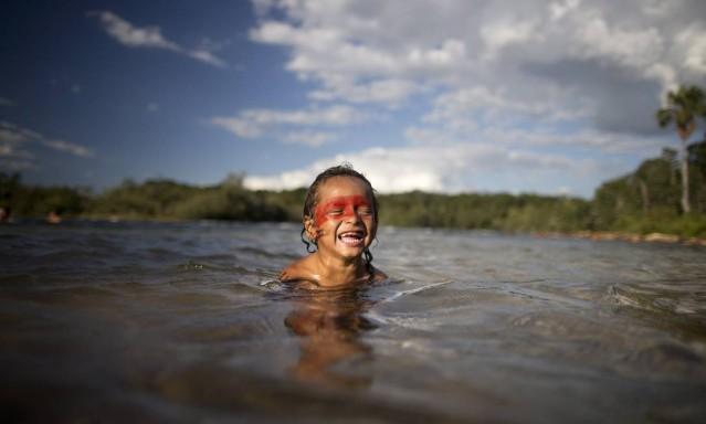 Aldeia Wasare, da tribo Parecis, em Campo Novo do Parecis. Na foto, índios tomam banho no Rio Verde