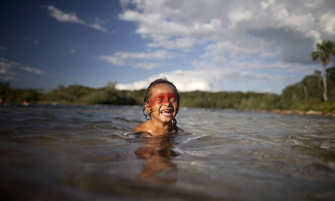 Aldeia Wasare, da tribo Parecis, em Campo Novo do Parecis. Na foto, índios tomam banho no Rio Verde Foto: Márcia Foletto / Agência O Globo