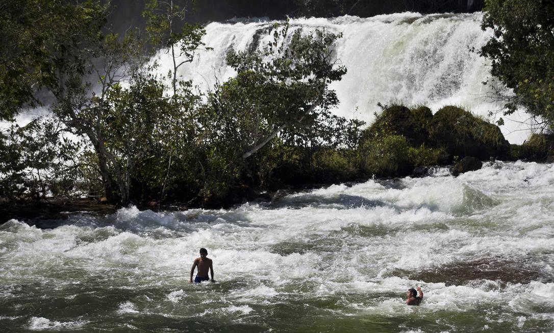 Índios da aldeia Quatro Cachoeiras tomam banho no Rio Sacre, em Campo Novo do Parecis Foto: Márcia Foletto / Agência O Globo