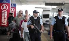 Policiais turcos patrulham Aeroporto Internacional de Istambul - Ataturk Foto: Lefteris Pitarakis / AP