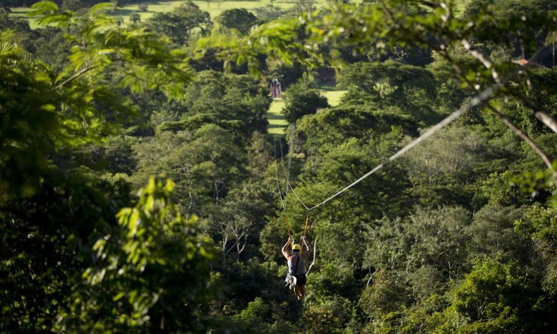 Tirolesa partindo da Cachoeira Serra Azul, em Nobres Foto: Márcia Foletto / Agência O Globo