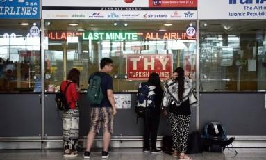 Um dia após atentado, passageiros esperam do lado de fora do aeroporto de Ataturk Foto: AP