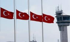 Bandeiras da Turquia a meio mastro. O governo declarou dia de luto nacional Foto: MURAD SEZER / REUTERS