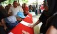 Avô da aeromoça Gulsen Bahadir, morta durante os ataques ao aeroporto de Istambul, beija o caixão da neta durante o funeral