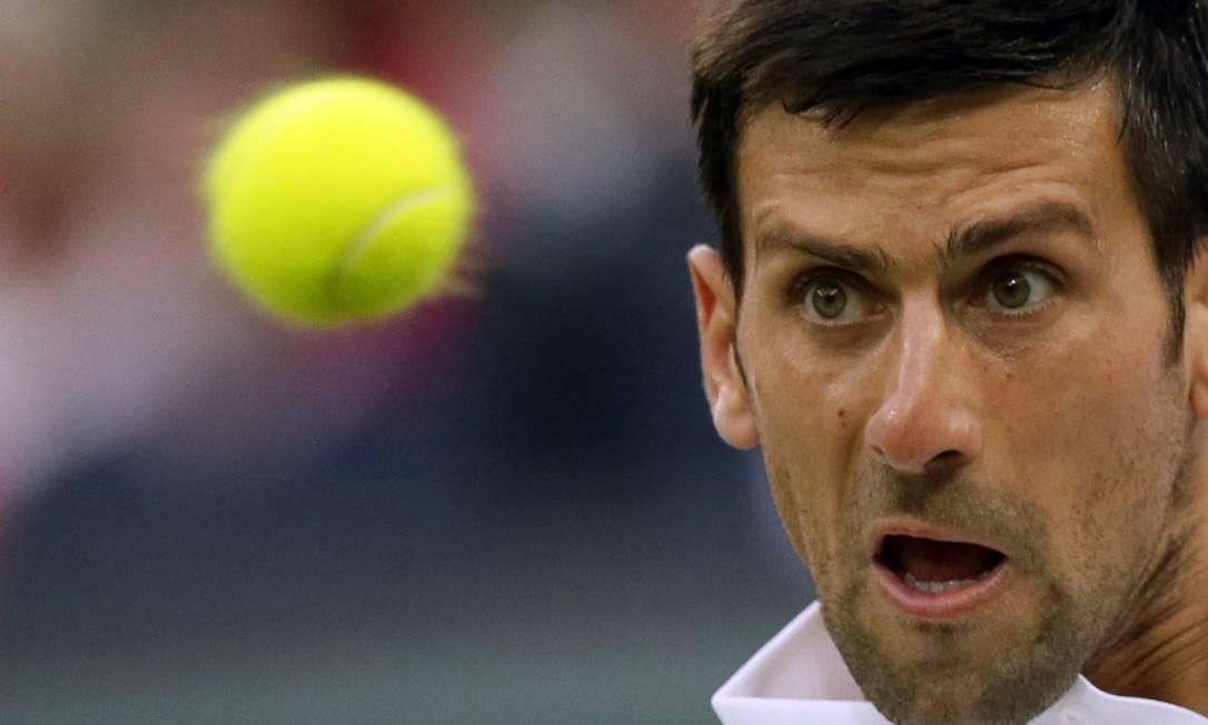 O sérvio Novak Djokovic enfrenta Adrian Mannarino, da França, no terceiro dia do Torneio de Wimbledon Tim Ireland / AP