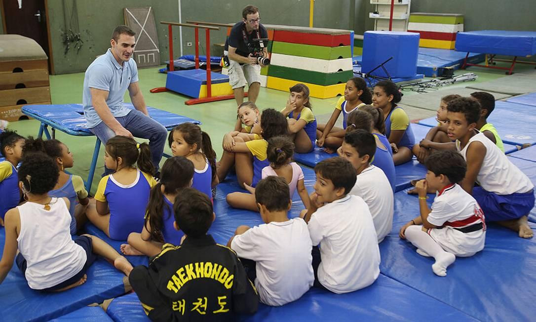 O campeão de ginástica olímpica Arthur Zanetti com as crianças da Academia São José Eduardo Viana
