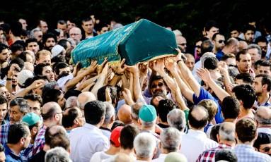 Velório de vítima do ataque de aeroporto de Istambul Foto: OZAN KOSE / AFP
