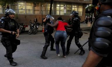 Manifestação de professores e alunos da rede estadual termina em confronto com a PM Foto: Pablo Jacob / Agência O Globo