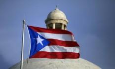 Bandeira de Porto Rico diante do Capitólio da ilha Foto: Ricardo Arduengo / AP/29-7-2015