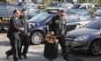 Policiais federais carregam malotes apreendidos em São Paulo na Operação Custo Brasil