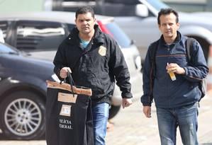 Policiais chegam com malotes na sede da PF em São Paulo. Foto: Pedro Kirilos / Agência O Globo