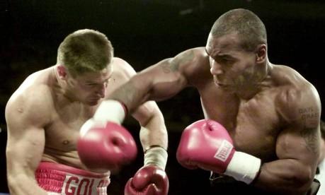 Força. Mike Tyson (à direita) desfere um punch em Andrew Golota: entre o segundo e o terceiro rounds, Golota desistiu da luta Foto: Gary Hershorn 20/10/2000 / Reuters