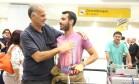 Felipe Casemiro recebe o filho Daniel Almeida após atentado na Turquia Foto: Marcos Alves / Agência O Globo