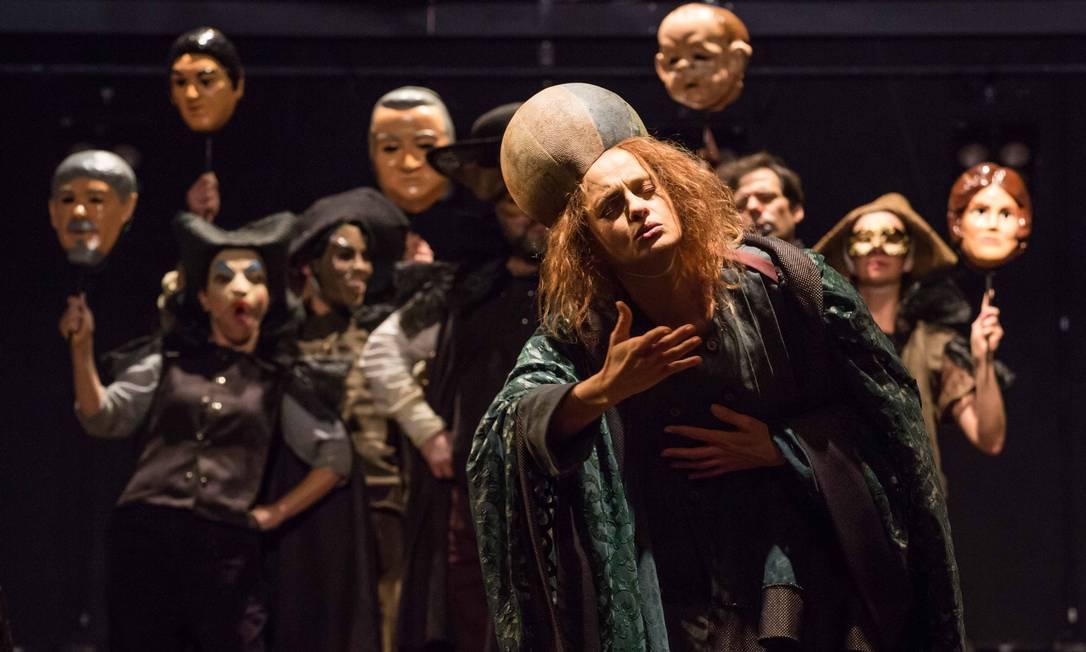 Além de Denise, nove atores interpretam trama de Brecht, que contrapõe razão e religião Foto: João Caldas / Divulgação
