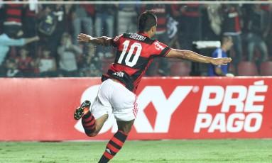 Ederson abre os braços para comemorar o gol que abriu o placar para o Flamengo contra o Internacional Foto: Gilvan de Souza