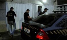 Polícia Federal chega ao prédio de Fernando Cavendish, no Leblon Foto: Gabriel de Paiva / O Globo
