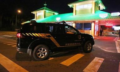Polícia Federal chega ao condomínio Cruzeiro do Sul, em Goiânia, onde mora o bicheiro Carlinhos Cachoeira Foto: Jorge William / O Globo