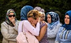 Parentes choram durante funeral de Mohammad Eymen Demirci, vítima dos atentados no aeroporto de Istambul Foto: OZAN KOSE / AFP