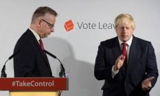 Michael Gove (à esq.) termina discurso ao lado de Boris Johnson em campanha pela saída do Reino Unido da UE, em 24 de junho Foto: POOL / REUTERS