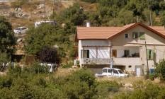 Autoridades israelenses inspecionam área da casa onde adolescente de 13 anos foi morta a facadas Foto: HAZEM BADER / AFP