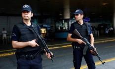 Policiais patrulham o aeroporto Ataturk, de Istambul Foto: MURAD SEZER / REUTERS