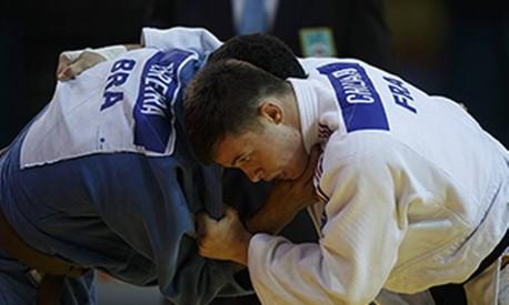 O judoca brasileiro Igor Pereira (azul) enfrenta o frances Nicolas Chilard (branco) na disputa da medalha de bronze na categoria ate 81kg, no evento-teste Aquece Rio Torneio Internacional de Judo, na arena Carioca 1 Foto: Daniel Marenco / Agência O Globo