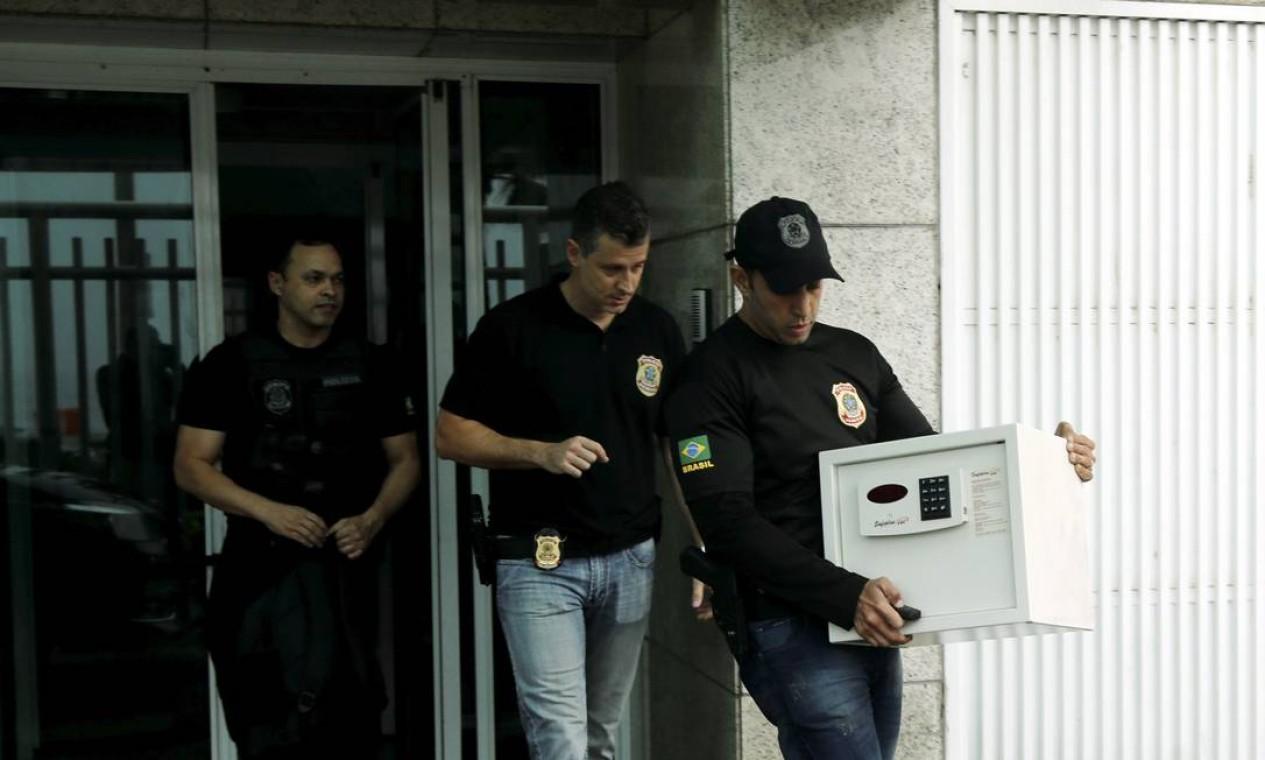 PF deixa a residência do ex-presidente da Delta Construções Fernando Cavendish Foto: Gabriel de Paiva / Agência O Globo