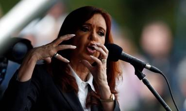 Cristina Kirchner fala a partidários em frente a um tribunal depois de prestar depoimento sobre venda de dólar futuro no Banco Central Foto: MARCOS BRINDICCI / REUTERS