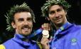 No topo. Ao lado de Ricardo, Emanuel (à esquerda) conquistou a medalha de ouro nos Jogos de 2004, em Atenas