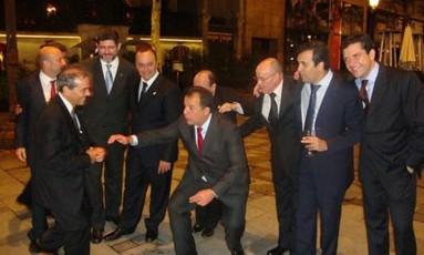 """Em clima da """"boquinha da garrafa"""", Cabral e Cavendish dançam na porta do Hotel Ritz, enquanto os amigos caem na gargalhada. Foto: Reprodução"""