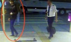 Vestido de jeans e com uma jaqueta preta, um dos terroristas aparece na entrada do aeroporto de Istambul, perto de um piloto Foto: Polícia turca