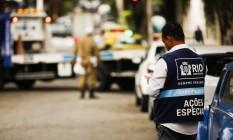 Parceria. Agentes da Guarda Municipal ordenam o trânsito, enquanto os da Seop rebocam os carros e os da Comlurb limpam o local Foto: Agência O Globo / Fotos de Guilherme Leporace