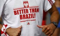 Torcedor da Polônia exibe camisa que ironiza a seleção brasileira: 'Melhor que o Brasil' Foto: WOLFGANG RATTAY / REUTERS