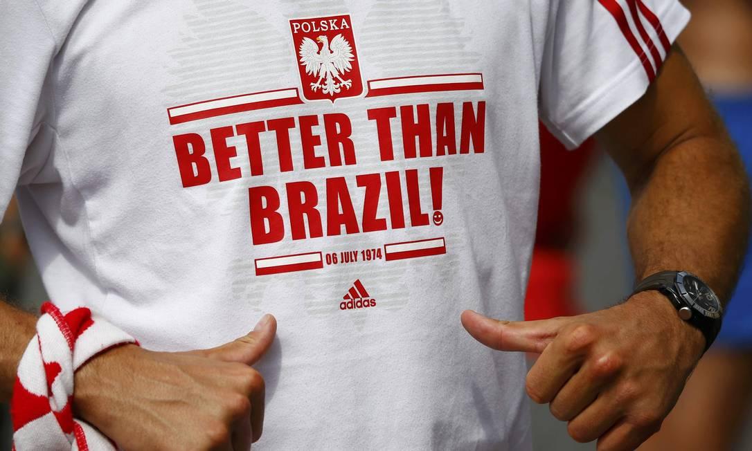 Torcedor da Polônia exibe camisa que ironiza a seleção brasileira: 'Melhor que o Brasil' WOLFGANG RATTAY / REUTERS