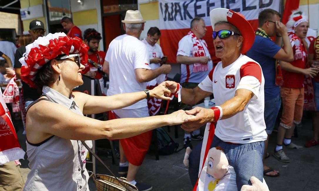 Torcedores da Polônia dançam antes da partida contra Portugal, em Marselha, pelas quartas de final da Eurocopa WOLFGANG RATTAY / REUTERS
