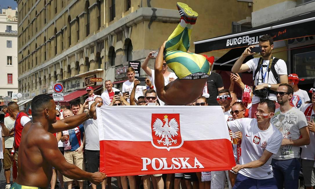 Dançarinos brasileiros interagem com torcedores da Polônia antes da partida em Marselha, pelas quartas de final da Euro-2016 WOLFGANG RATTAY / REUTERS