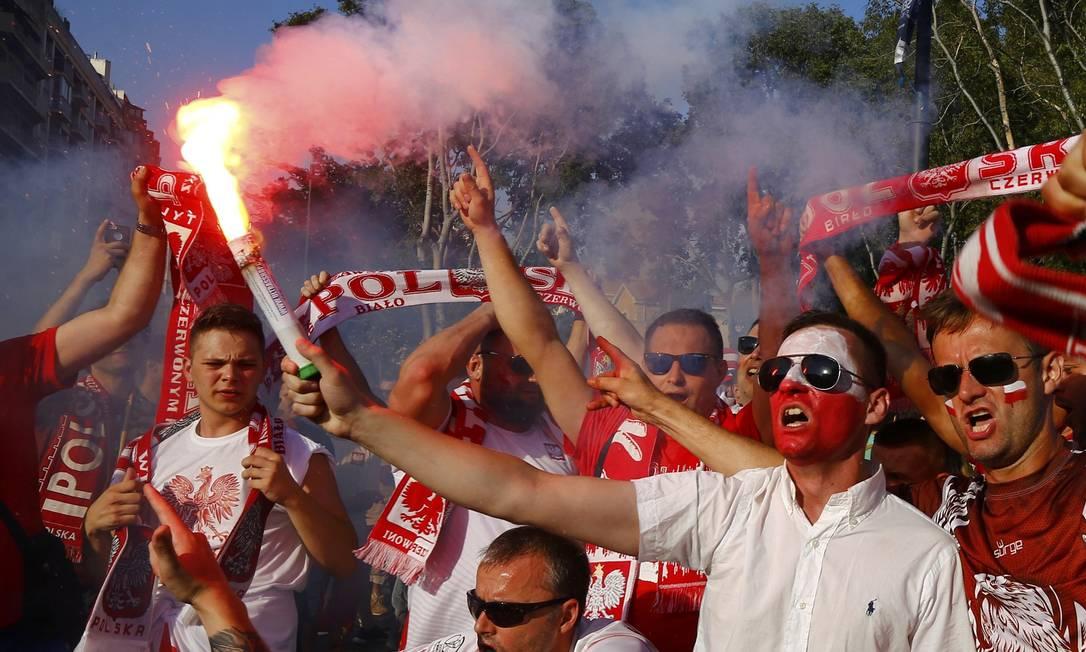 Sinalizadores também estavam presentes na festa da torcida polonesa antes das quartas de final contra os portugueses WOLFGANG RATTAY / REUTERS