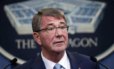 Secretário de Defesa Ash Carter durante o anúncio no Pentágono Foto: Alex Brandon / AP