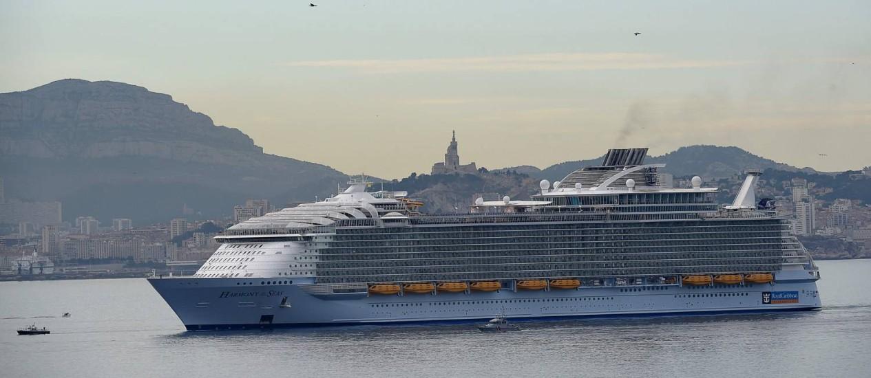 O Harmony of the seas no porto de Marselha, durante sua temporada inaugural pelo Mediterrâneo Foto: BORIS HORVAT/AFP