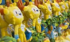Os mascotes de pelúcias estão sendo vendidos a R$ 115 cada um Foto: Leo Martins / Agência O Globo
