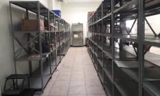 As prateleiras do almoxarifado da Coordenação de Farmácia, na Ponta D'Areia, estão quase vazias Foto: Guilherme Leporace / Agência O Globo
