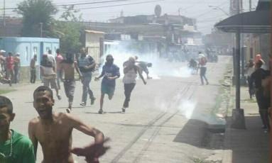Mascarados correm durante confronto com guardas Foto: Reprodução