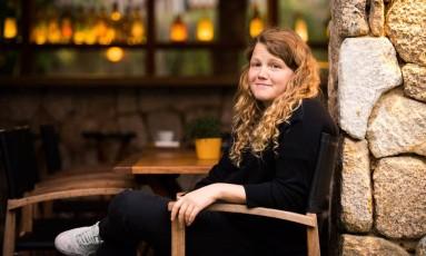 A escritora britânica Kate Tempest: 'É uma raiva nascida do medo. Estamos no meio de uma mudança de primeiro-ministro para alguém muito de direita, muito sinistro' Foto: Barbara Lopes / Agência O Globo